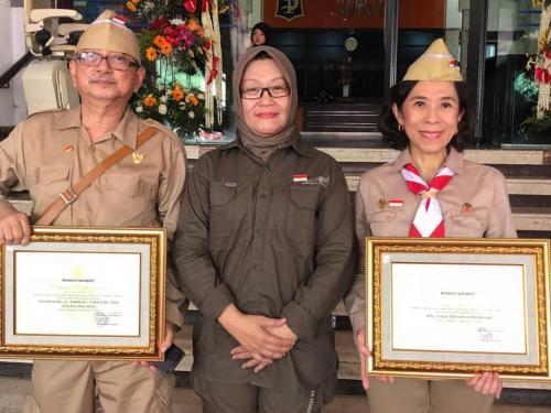Ketua Umum YPS drg. Lizza Hendriadi Menerima Penghargaan dari Walikota Surabaya